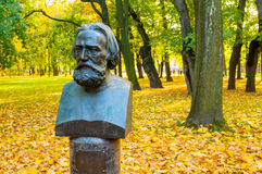 Busto del artista ruso famoso Alexander Ivanov en el jardín de Mikhailovsky en St Petersburg, Rusia Imagen de archivo libre de regalías