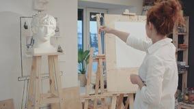 Busto del yeso del dibujo del artista de la mujer en el taller fotos de archivo