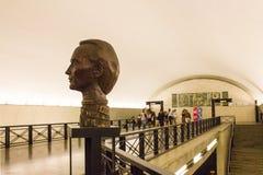 Busto dell'artista di plastica famoso Vieira da Silva nella stazione della metropolitana di Rato a Lisbona, Portogallo Fotografia Stock Libera da Diritti