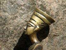 busto della regina egiziana su un fondo della pietra Immagini Stock