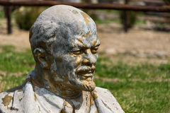 Busto destrozado abandonado y olvidado de Lenin que se coloca en la hierba cerca del complejo del turista en los Cárpatos, Ucrani Foto de archivo libre de regalías