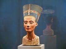 Busto famoso della regina Nefertiti Immagini Stock Libere da Diritti