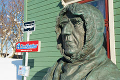Busto polar de Roald Amundsen del explorador delante del edificio polar del museo en Tromso, Noruega foto de archivo