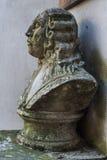 Busto viejo del hombre del victorian cubierto con el musgo fotos de archivo libres de regalías