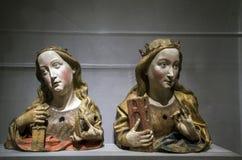Bustos de las tallas del santo Catherine y de Barbara dentro del museo de arte metropolitano en NYC imágenes de archivo libres de regalías