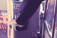 Bustreiber-Auswahl, die eine Busfahrkarte in der Karte maschinell bearbeitet Stockfotos