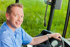 Bustreiber, der in seinem Bus sitzt Lizenzfreies Stockfoto