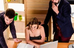 Busty коллега Деятельность женщины сексуальная привлекательная женская с коллегами людей Сексуальное влечение Простимулируйте сек стоковые фото