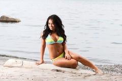 Busty Mädchen im gelben und blauen Bikini Stockbild