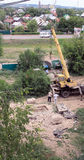 Busuluk,俄罗斯- 2014年7月7日:修造 起重机举grav 图库摄影