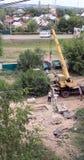 Busuluk, Russie - 7 juillet 2014 : construction Une grue soulève le grav Photographie stock