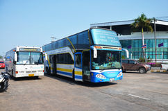 Buswarteleute gehen zum Schreiben der Abfahrtkarte und der Ankunftskarte für Reise Lizenzfreies Stockbild