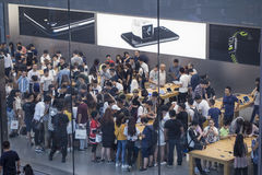 Busy apple store Royalty Free Stock Photos
