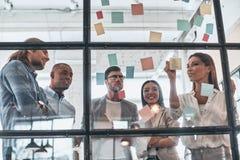 busy work 小组聪明的偶然wea的年轻现代人 免版税库存图片