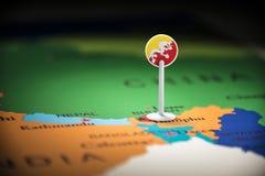 Butão identificou por meio de uma bandeira no mapa fotografia de stock royalty free