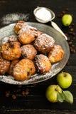 Butées toriques avec des pommes et des raisins secs image libre de droits