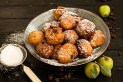 Butées toriques avec des pommes et des raisins secs photos stock
