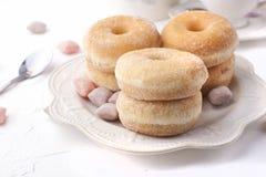 Butées toriques avec du sucre d'un plat sur un fond clair Les bonbons à calorie pour le petit déjeuner libèrent l'endroit Vue sup photos stock