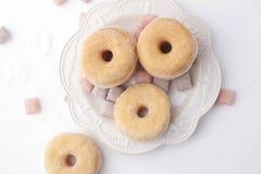 Butées toriques avec du sucre d'un plat sur un fond clair Les bonbons à calorie pour le petit déjeuner libèrent l'endroit Vue sup photo libre de droits