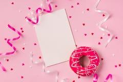 Butées toriques avec le glaçage sur le fond de rose en pastel avec le copyspace Swee Photos stock