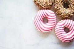 butées toriques colorées - pâtisserie et concept dénommé par nourriture doux photo libre de droits
