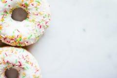 butées toriques colorées - pâtisserie et concept dénommé par nourriture doux photos stock