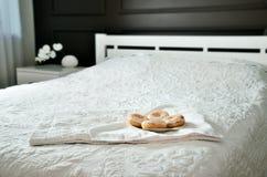 Butées toriques dans le plat sur un lit dans une chambre à coucher horizontal Photos stock