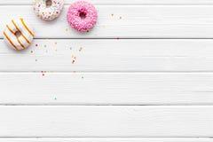 Butées toriques de différentes saveurs pour le petit déjeuner sur l'espace en bois blanc de vue supérieure de fond pour le texte photographie stock