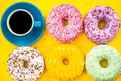 Butées toriques et café colorés lumineux photos stock