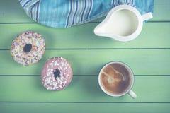 Butées toriques et café frais sur la table photos libres de droits