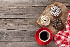 Butées toriques et café sur la table en bois Images libres de droits