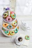 Butées toriques savoureuses avec du café sur la table blanche Photographie stock libre de droits