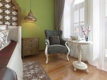 Butaca clásica con la mesa de centro blanca, estilo del este del dormitorio libre illustration