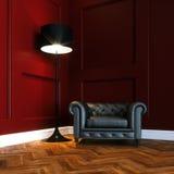 Butaca clásica de cuero en nuevo interior rojo con el entarimado de madera Fotos de archivo