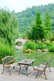 Butaca clásica y jardín maravilloso Imágenes de archivo libres de regalías