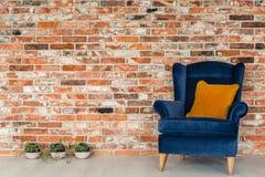 Butaca con las almohadas anaranjadas Foto de archivo libre de regalías