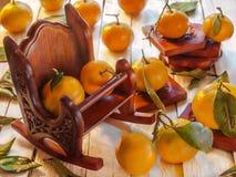 Butaca con las mandarinas en un fondo de madera Fotografía de archivo