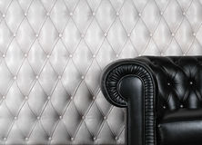 Butaca de cuero negra cerca de la pared blanca foto de archivo libre de regalías