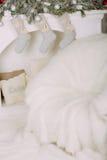 Butaca en la chimenea con los calcetines Fotografía de archivo libre de regalías