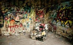 Butaca en un interior destruido de la casa Foto de archivo libre de regalías