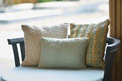Butaca o sofá cómoda en fondo de la luz del sol fotografía de archivo libre de regalías