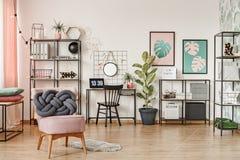 Butaca rosada en interior del espacio de trabajo Foto de archivo