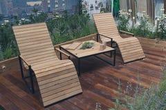Butacas de madera naturales en el patio para la relajación Imagen de archivo