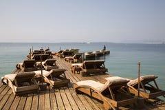 Butacas en la playa imagenes de archivo