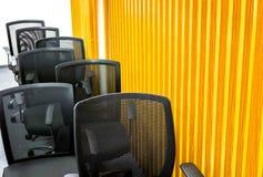 Butacas negras en sala de reunión Fotos de archivo