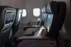 Butacas suaves en los aviones derechos de la clase de negocios Porta abierta en un avión de la clase de negocios imagen de archivo