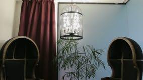 Butacas y jaula antiguas de la lámpara almacen de video