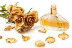Buteleczka pachnidło i suszy różanego kwiatu zdjęcie royalty free