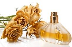 Buteleczka pachnidło i suszy różanego kwiatu zdjęcia royalty free