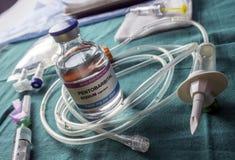 Buteleczka z dawkami pentobarbital, debata między życie i śmierć, przekonanie religijne w obliczu eutanazji zdjęcie stock